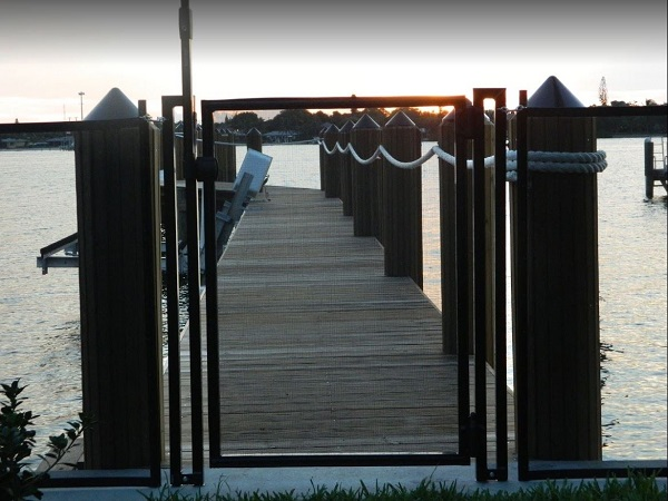 dock fence with self-closing gate